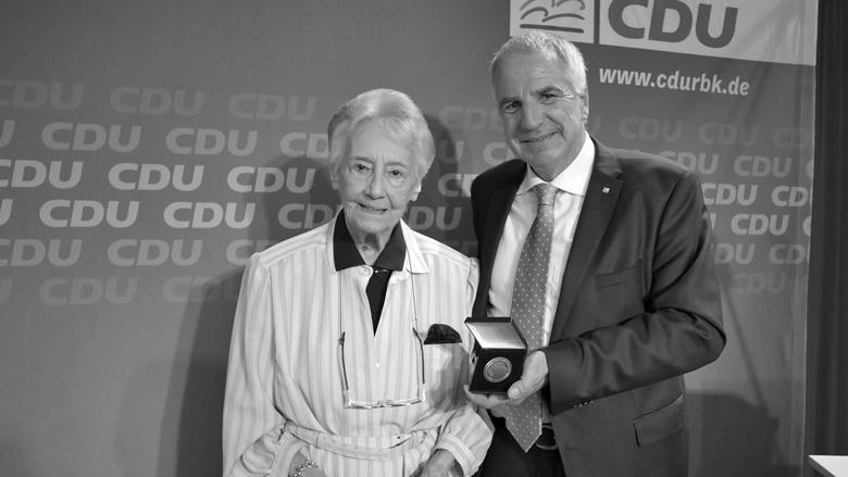 Ursula Schmidt-Goertz wird von Rainer Deppe 2018 für 70 Jahre Mitgliedschaft geehrt.