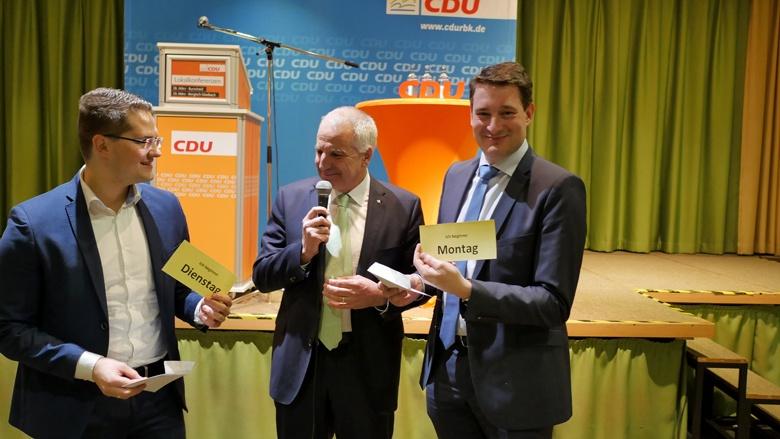 Auslosung, wer beginnt: Uwe Pakendorf und Christian Klicki bei der Lokalkonferenz in Burscheid
