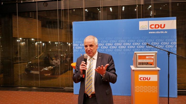 Rainer Deppe begrüßt die Mitglieder bei der Lokalkonferenz in Bensberg
