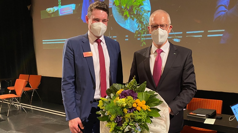 Kreisparteichef Uwe Pakendorf gratuliert Dr. Hermann-Josef Tebroke zur Aufstellung
