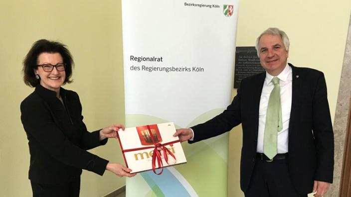 Gisela Walken gratuliert Rainer Deppe